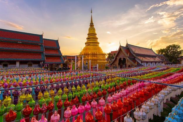 Фестиваль красочных ламп и фонарь в лой кратонг в ват пхра тат харифунчай, провинция лампхун, таиланд