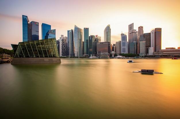 Вид с воздуха финансового района сингапура и делового здания, сингапур сити