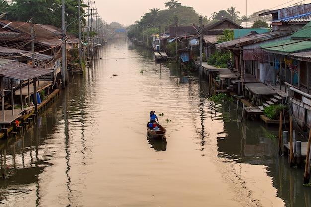 タイ、バンコクの近くのラチャブリのダムヌンサドゥアック水上マーケット