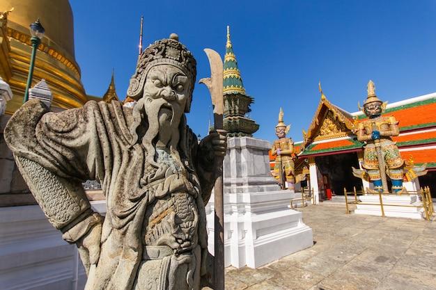 タイのバンコクのワットプラケオ古代寺院で中国の人形を閉じる