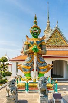 タイのバンコクのバンコクヤイ地区の仏寺院の前で巨人