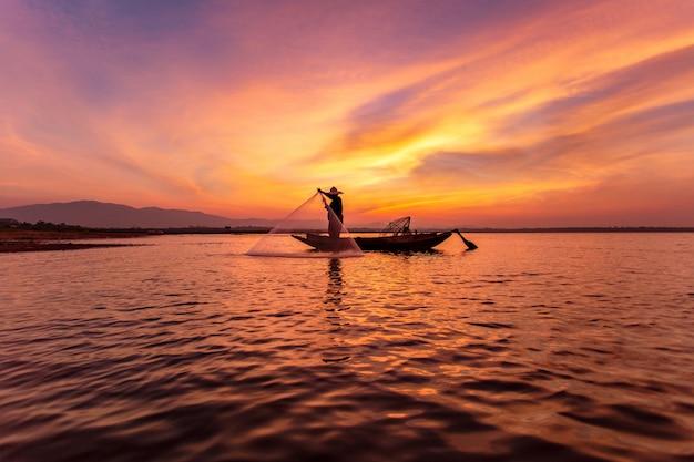 湖でボートの漁師