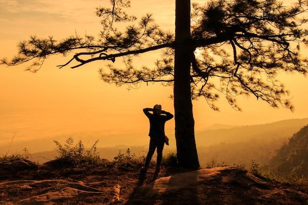 タイのルーイ県の日の出プークラドゥエン国立公園