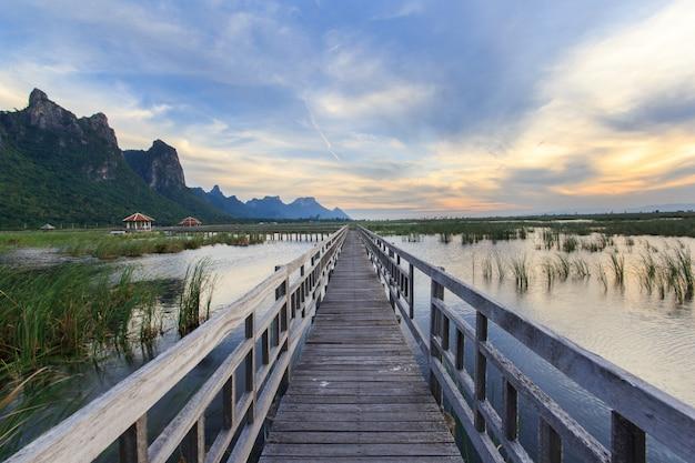カオサムロイヨーット国立公園、タイで日没時に蓮湖の木製の橋