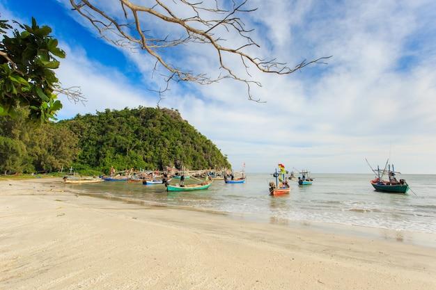 Рыбацкая деревня и солнечный день в сам рой йот, прачуапхирихан, таиланд