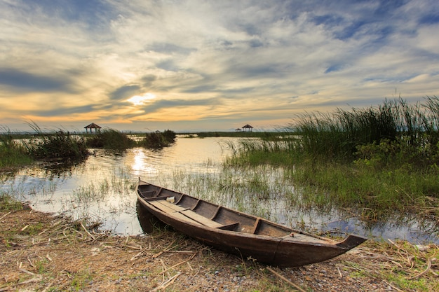 カオサムロイヨーット国立公園、タイの蓮湖の漁船