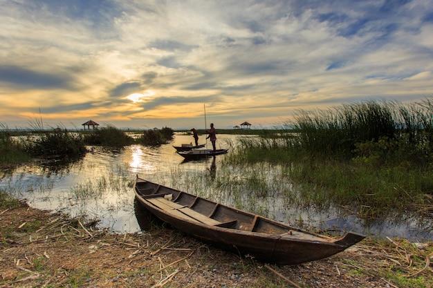 カオサムロイヨーット国立公園、タイで蓮湖の漁師