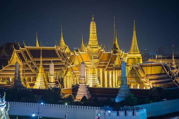 Ват пхра кео, храм изумрудного будды, большой дворец в сумерках в бангкоке, таиланд