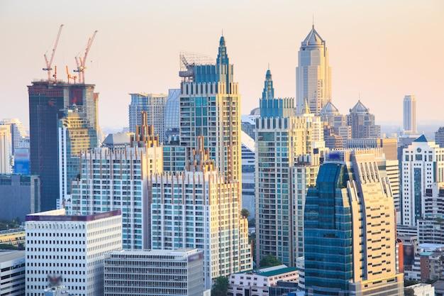 バンコクの街並み、夕暮れ時に高いビルのあるビジネス地区(バンコク、タイ)