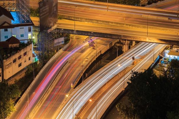 夜のバンコク高架道路のジャンクションとインターチェンジの高架