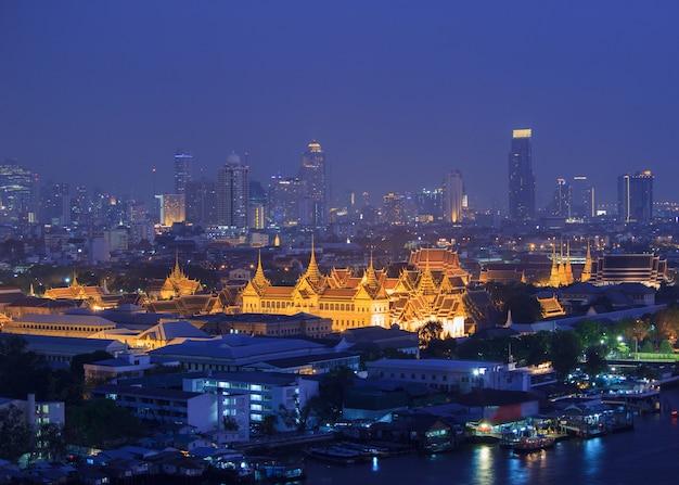 Большой дворец в сумерках бангкок, таиланд