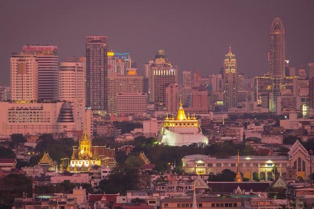 バンコクタイのランドマークワットラチャナダラムとロハプラサートメタル