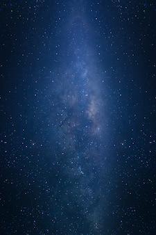 宇宙の星と宇宙塵のある天の川銀河
