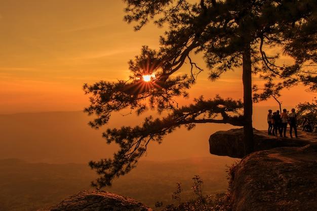 タイのルーイ県の夕暮れ時のプークラドゥエン国立公園