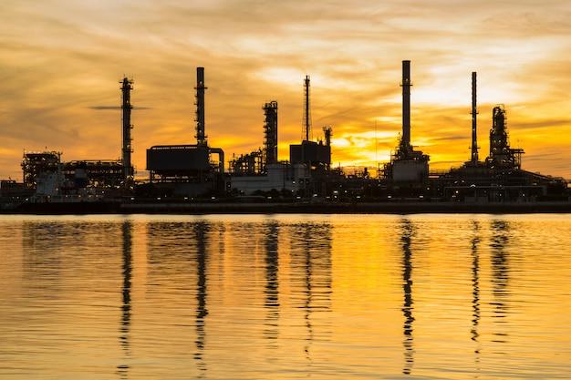 Нефтеперерабатывающий завод в силуэт и восход солнца небо