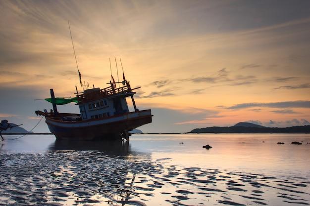 Восход солнца на пляже раваи в пхукете, таиланд