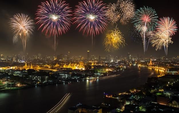 Большой дворец в сумерках с красочными фейерверками (бангкок, таиланд)