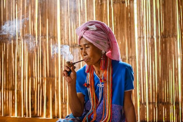 Женское племя карен-холма - курительная табачная труба