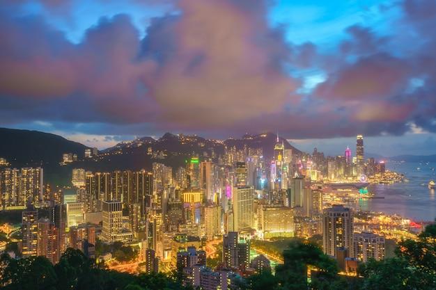 繁華街と夜の香港のビル