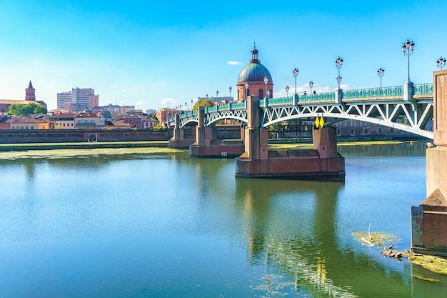 Мост сен-пьер проходит через гаронну