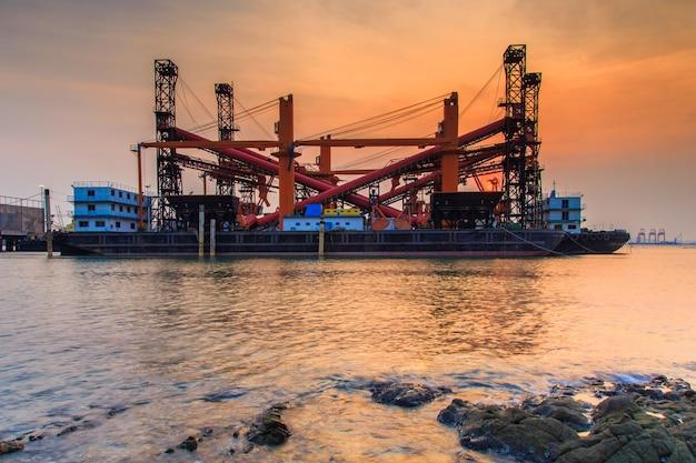 タイのチョンブリー県、湾の海の商船造船所と港