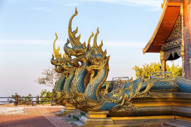 Закройте голову нака или змея, открывающая рот с храмом фу гордым