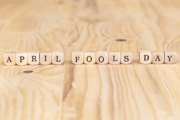 エイプリルフール、テーブルの上の木の手紙から作られた単語を閉じる