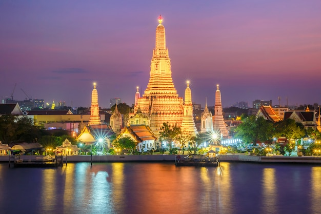 Ват арун ночной вид храма в бангкоке, таиланд