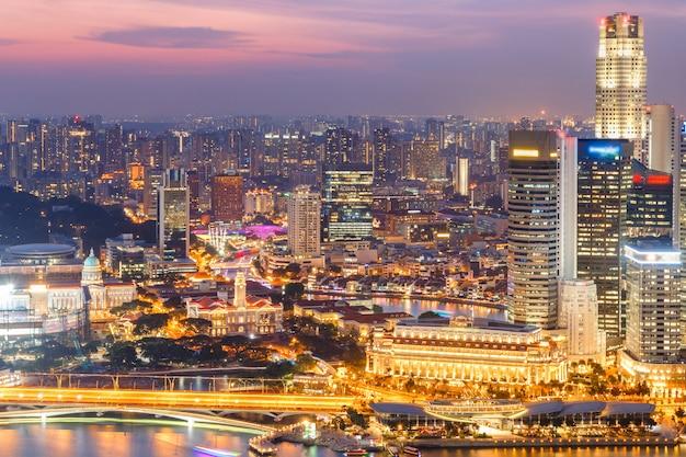 シンガポールのスカイラインと金融街の眺め
