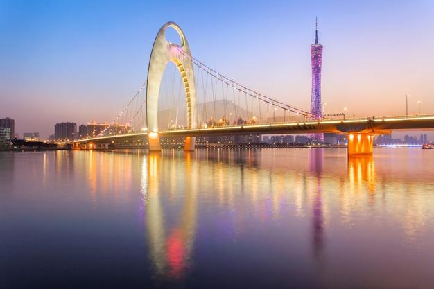 珠江川の近代的な橋と広州市の金融街の近代的な建物