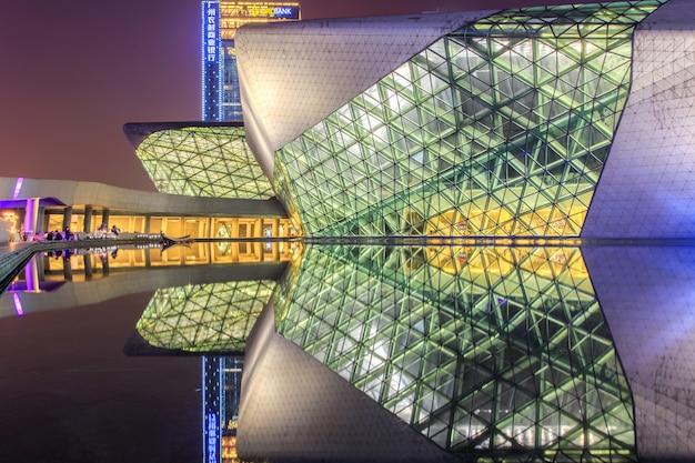 広州オペラハウスと夜の風景で水に反射