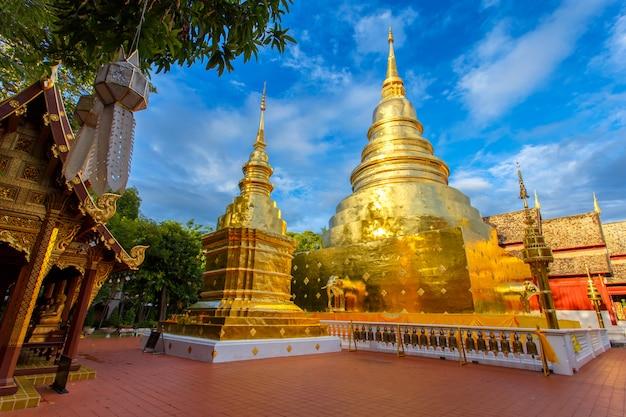 Ват пхра сингх расположен в западной части старого центра города чианг май, таиланд.