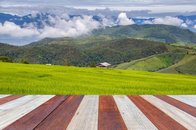 朝の時間と田んぼの背景を持つヴィンテージの木製の質感