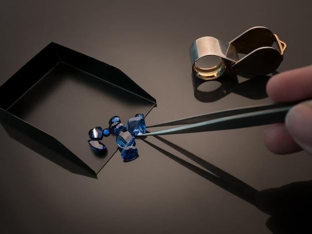 Синий сапфир на черном столе