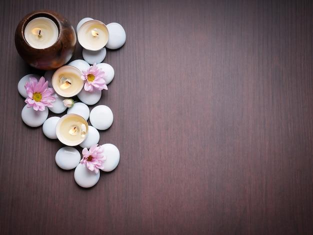 スパのテーマの概念キャンドルストーン自然の花の竹