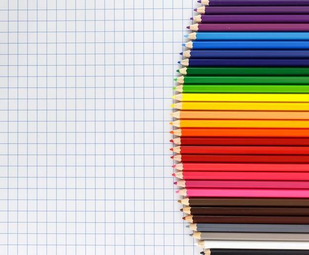 配色のペンシルが並んでいます