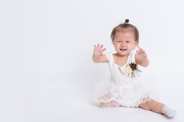 白で隔離されるアジアの女の子の肖像画