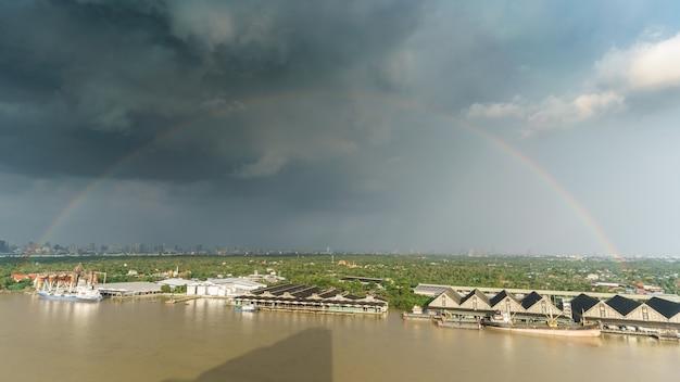 雨が降った後の美しい虹
