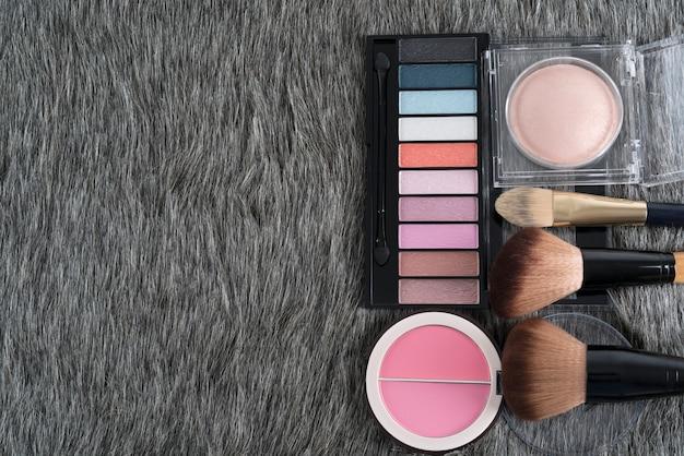 メイクアップ用化粧品:アイシャドーパレット、コンパクトブラッシュ、フェイクファーブラシ