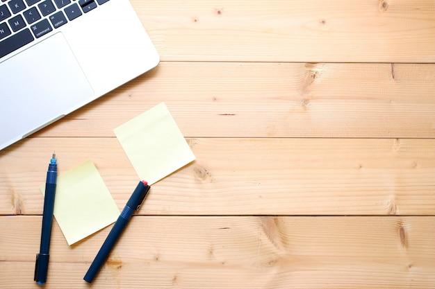 平面図フラットレイアウトオフィステーブルデスク。木のコピースペース上のワークスペース