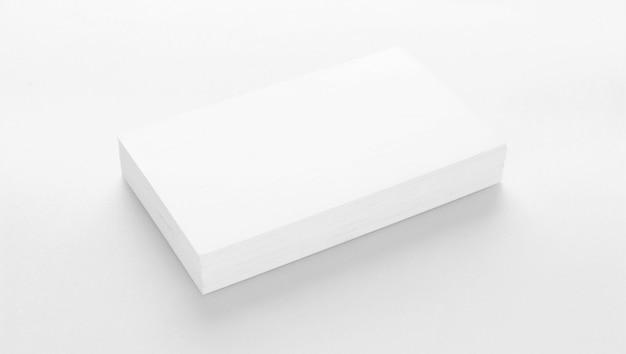 織り目加工の白い紙の背景に名刺のモックアップ