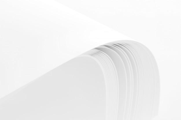 白い背景で隔離された空白の紙のスタック