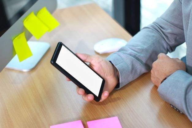 Макет деловой человек, держащий устройство смартфона