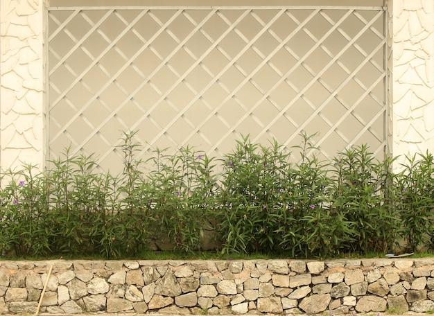 花と木の塀