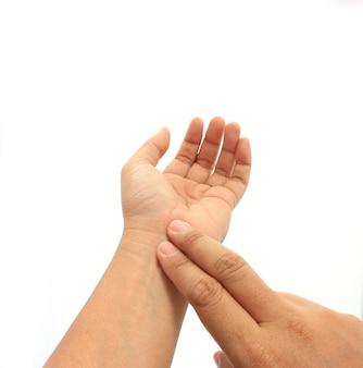 人間の手が自分自身の脈拍をチェック