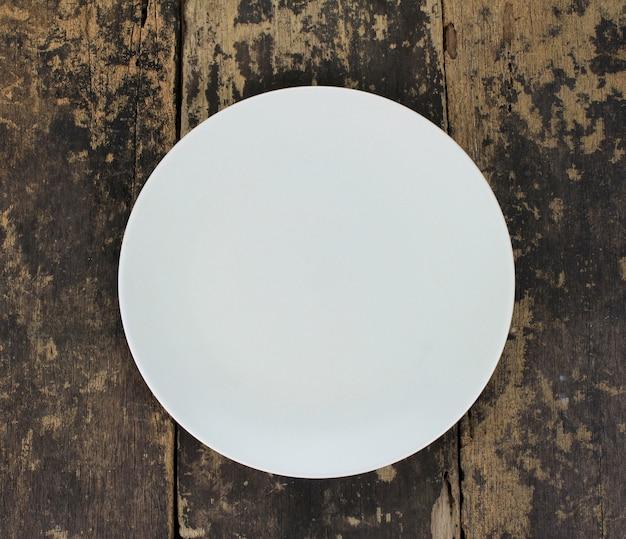 木製のテーブルに空の皿皿