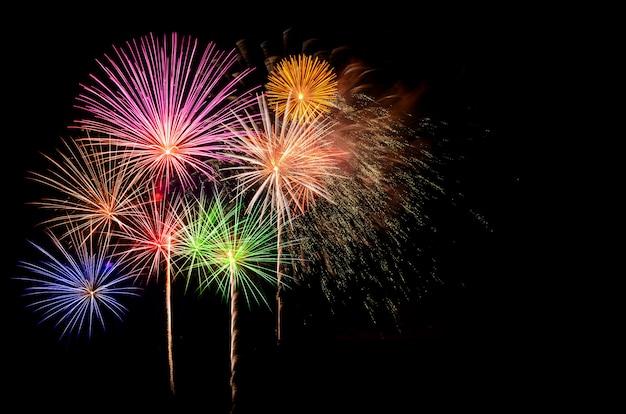 Празднование фейерверки и фон ночного неба.