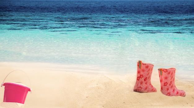 Красочные сапоги для детей на песке на пляже летом
