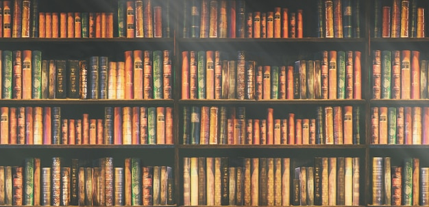 Размытая книжная полка многие старые книги в книжном магазине или библиотеке.