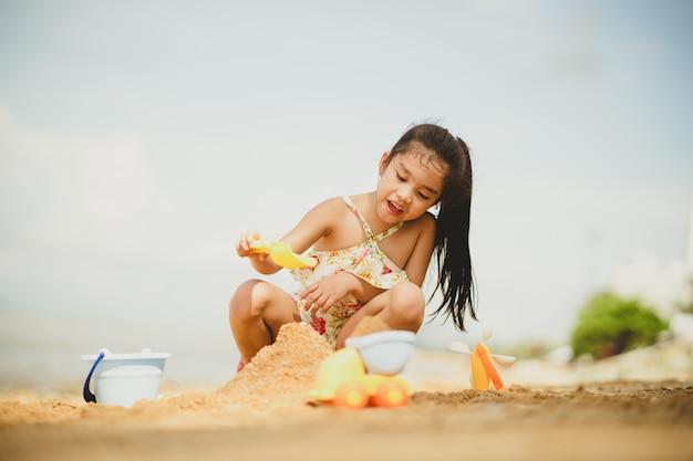 アジアの子供ビーチでハッピープレイ